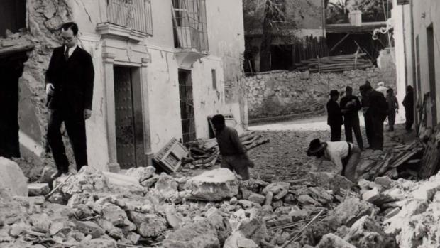 Una calle de Cabra con una casa destrozada por el bombardeo de 1938